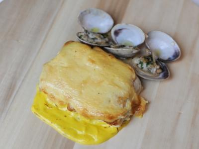 Menú 15 - Taco de Merluza al Ajo Tostado sobre Cama de Azafran con Almejas a la Sartén