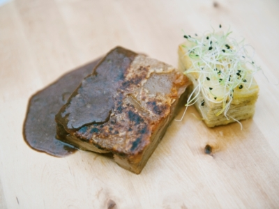 Menú 5 - Toston Limpio de Huesos con Salsa de Oporto y Trufa con Pastel de Patata Monalisa 2