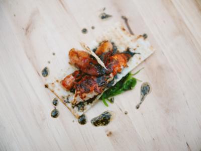 Ensalada de Bogavante Limpio a la Plancha con Alga Wakame y Vinagreta de Ajo Negro