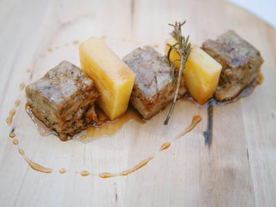 Dados de Lechal con Patata Confitada a la Provenzal y Salsa de Cerveza