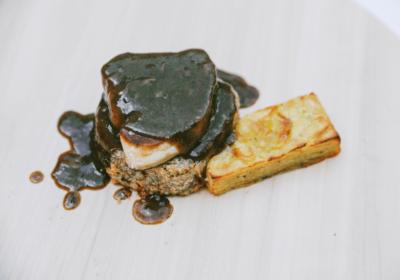 Medallón de Cola de Ternera Limpia de Huesos con Foie Fresco, Salsa de Trufas y Pastel de Patatas
