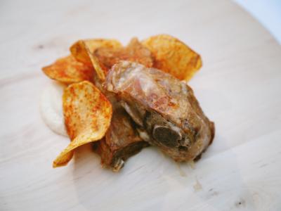 Paletilla de Lechazo Confitada con Pure de Almendra y Coliflor y Chips